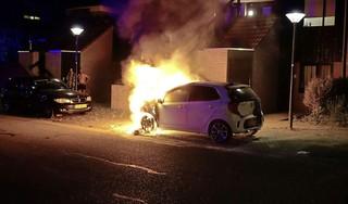 Camerabeelden vrijgegeven om dader(s) van vuurwerkbom en brandstichting in Hoorn te vinden, mogelijk link tussen zaken [video]