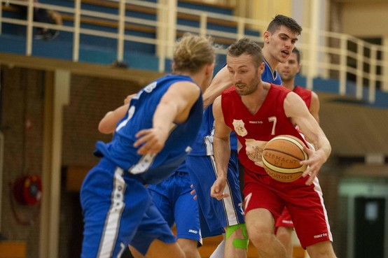 Basketballers Zeemacht na overtuigende eerste helft toch ook nog in de problemen