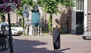 Kunstenaar Arie de Fijter gaat voorop in een kettingwandeling langs de kerken van Hoorn