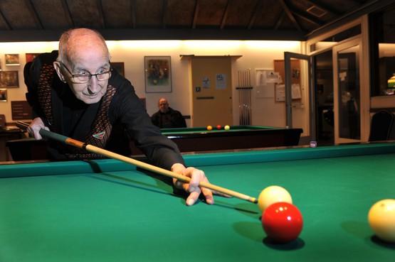 Biljarter Freek Bergers is met zijn 86 jaar nog altijd een gevreesd tegenstander: 'Zolang het gaat, gaat het'