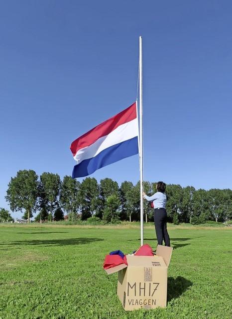 De Nederlandse vlag gaat het eerst halfstok bij Nationaal Monument MH17