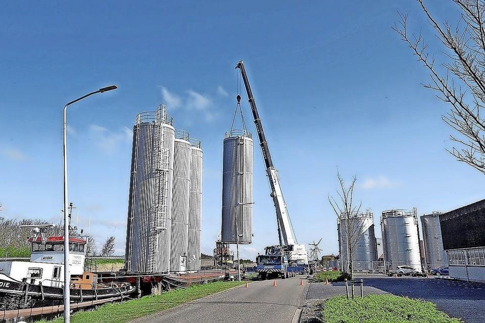 Dit transport ging de afgelopen week naar Zaandam, waar de silo's komen te staan bij een oliën- en vettenbedrijf.
