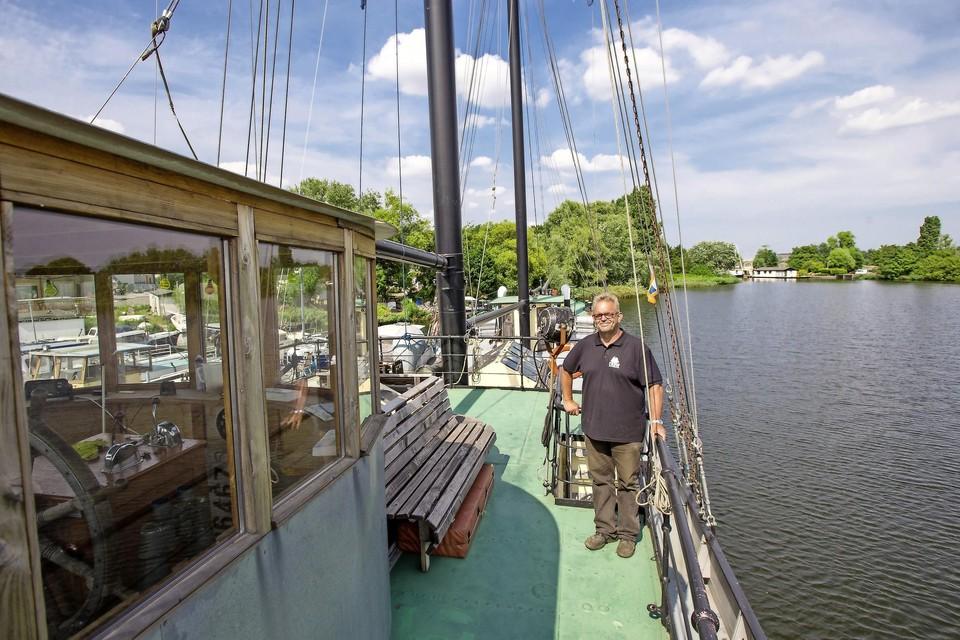 Arno Westra op de Klaas Kompaan in Zaandam. ,,Er moeten zeven zeilen op.''