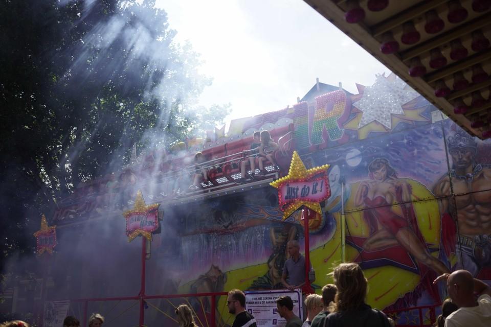 De attracties draaien, de kinderen genieten.