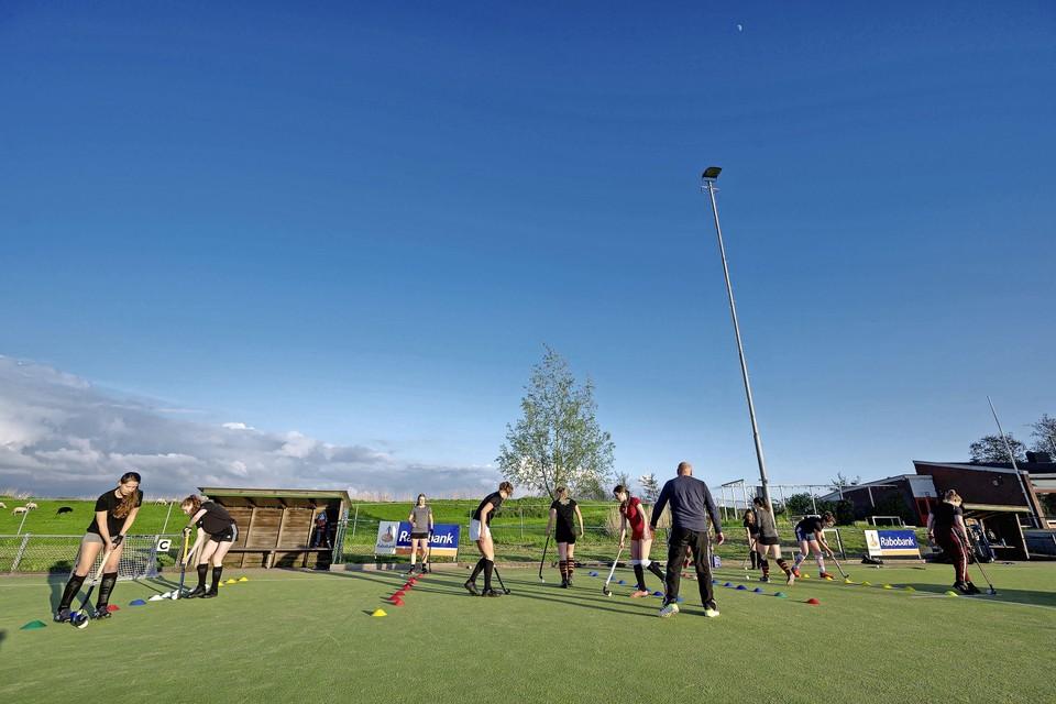 Hockeyclub de Kraaien speelt nu in Wijdewormer.