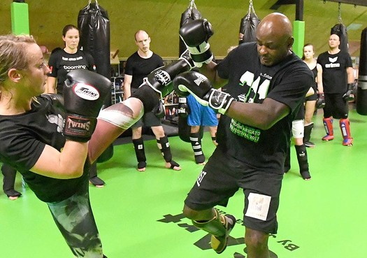 Ernesto Hoost uit Hoorn demonstreert tegen verbod openstelling vechtsportscholen: 'Iedereen moet blijven bewegen'