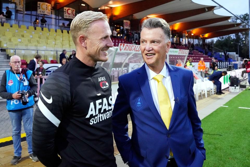 Assistent-trainer Nick van der Velden van AZ met Louis van Gaal.