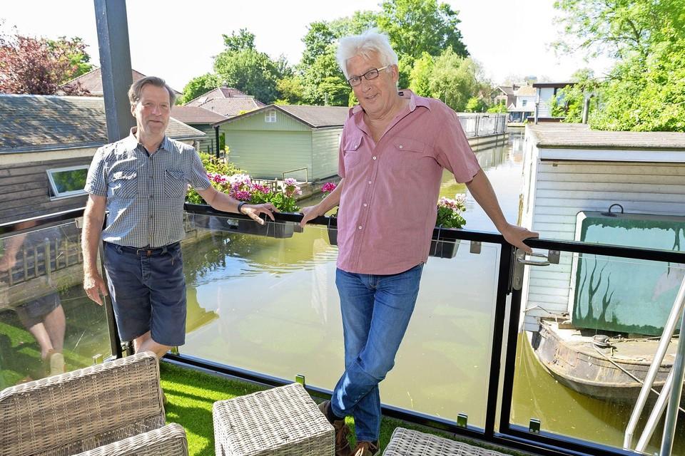 Woonbootbewoners Ronald Wiekenkamp en Hans Zuiver.
