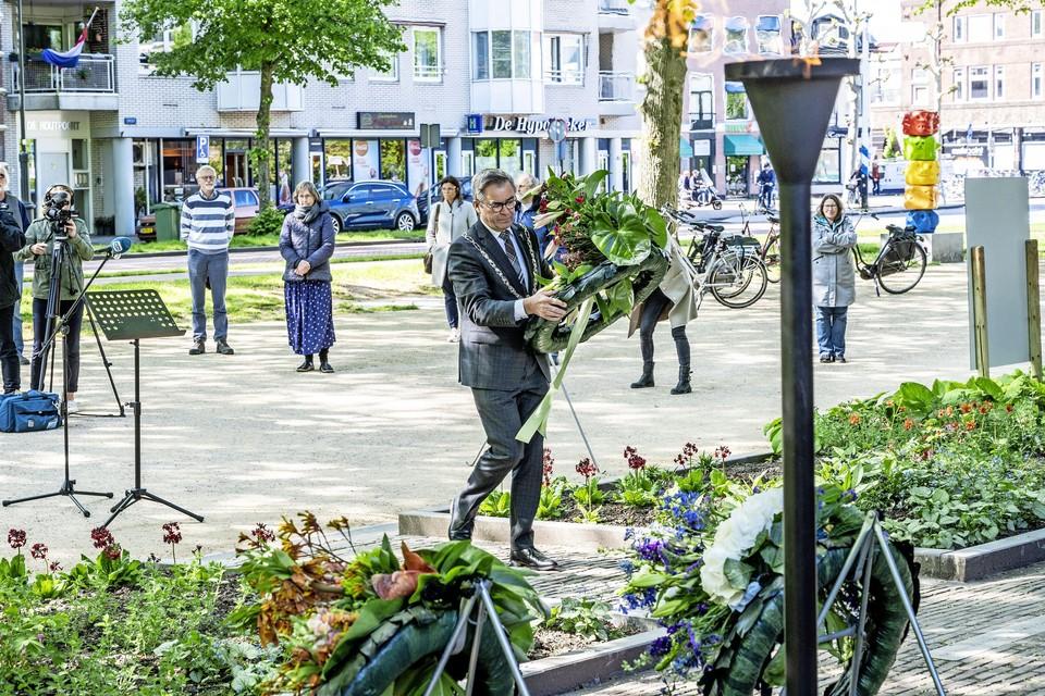 Burgemeester Jos Wienen legde vorig jaar een bloemenkrans bij het monument 'Man voor het Vuurpeloton'.