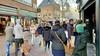 Burgemeester Broertjes van Hilversum ziet niets in sluiten van winkels bij extreme drukte. 'Ga naar huis als het te druk is'. Centrummanager roept ondernemers op langer open te blijven.