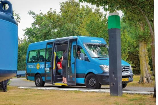 Bus-informatiehuisje op Texelse veerhaven wordt in ere hersteld