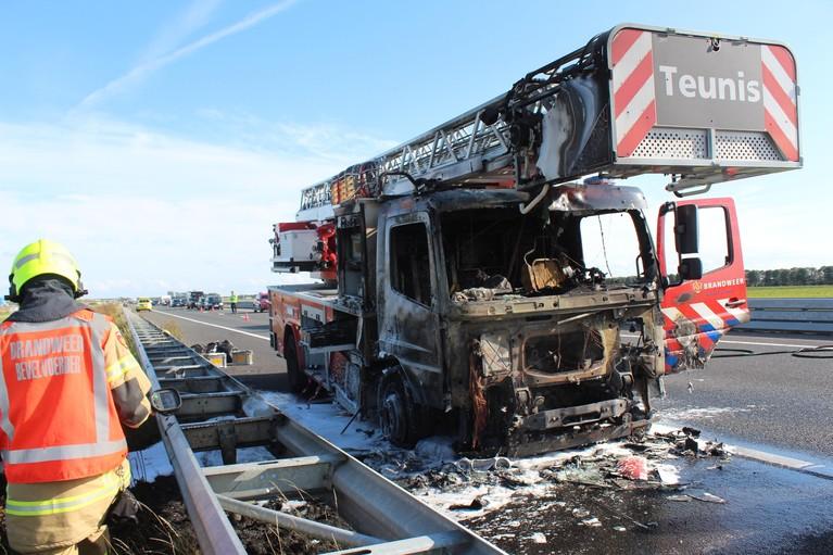 Brandweerwagen brandt uit op A7 bij Middenmeer, weg enige tijd dicht richting Den Oever [video]