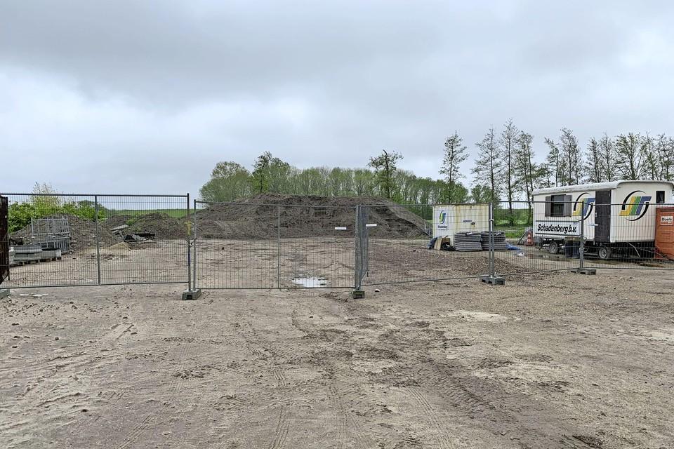 Het parkeerterrein van het vakantiepark in Wijdenes waar het oude asfalt is gedumpt.