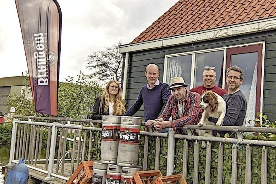 Het team van brouwerij Breugem vlnr.: Kristen Thomas, Ernst Tjaden, Stefan Kroes, Patrick Breugem en Hannes Willems met hond Alby.