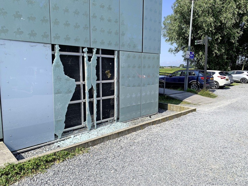 Een raam is aan de achterzijde van het museum ingeslagen. Dit is niet het werk van de overvallers.