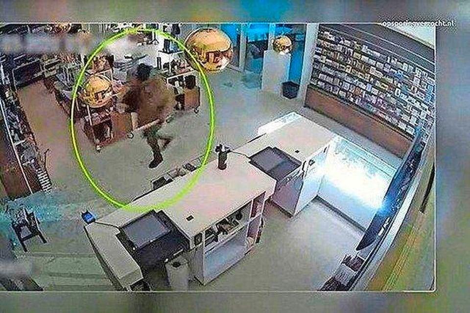De verdachte van de roof van een Van Gogh uit museum Singer Laren werd vastgelegd op camerabeelden.