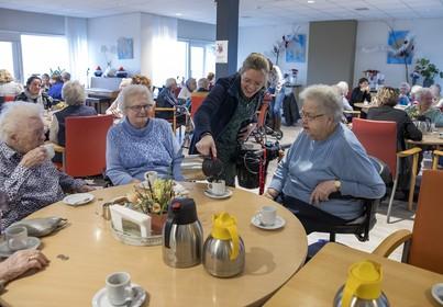 Leerkrachten steken handen uit de mouwen in Verzorgingshuis Agnes in Egmond aan Zee: 'Aan adviezen heb je niks, er zijn handen nodig'