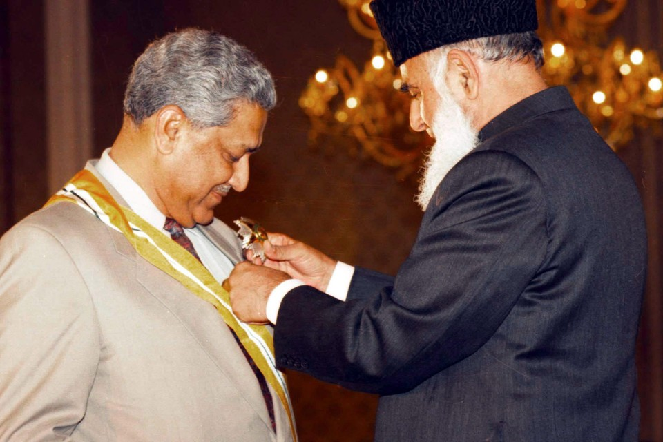 Abdul Qadeer Khan (links) in 1999. Hij ontving toen de hoogste Pakistaanse onderscheiding voor burgers, de Pride of Performance.
