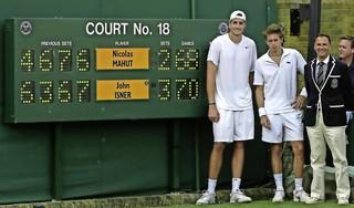 Toen er op 24 juni nog wél werd gesport: De 'never-ending match' op Wimbledon - John Isner en Nicolas Mahut staan meer dan elf uur op de baan en komen tot 183 games [video]