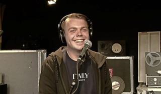 Zingende Haarlem105-dj Barry gaat viral, krijgt zangles en treedt live op in de studio: 'Ik was bloednerveus' [video]