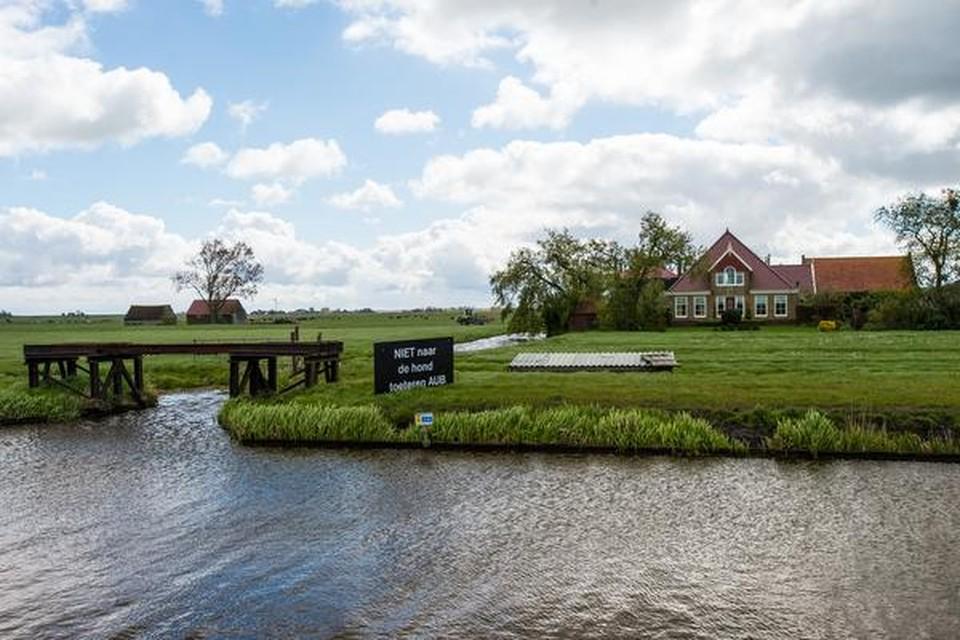 Het bord in het weiland aan het water langs de N247 in Broek in Waterland.