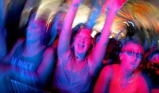 Je zult maar jong zijn in de huidige tijd en een feestje willen, dat is toch de oerdrang van de jeugd | Commentaar