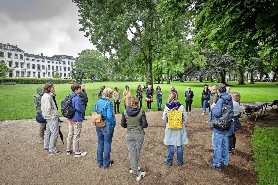 De groep deelnemers van de stadswandeling 'Sporen van Slavernij in Haarlem' in het Kenaupark.