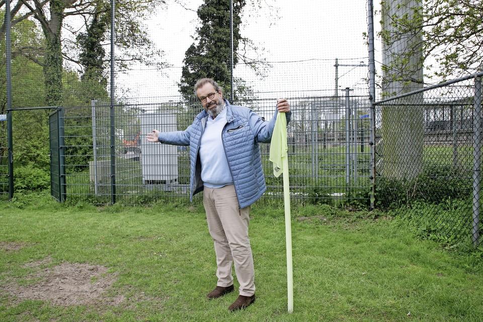 Vice-voorzitter Johan van den Brink wijst naar de plek waar de nieuwe ingang van het terrein zou moeten komen, bij de cornervlag op het vierde veld.