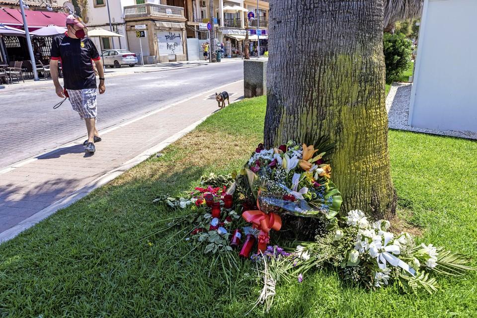Bloemen op de plek waar Carlo Heuvelman 14 juli is aangevallen.