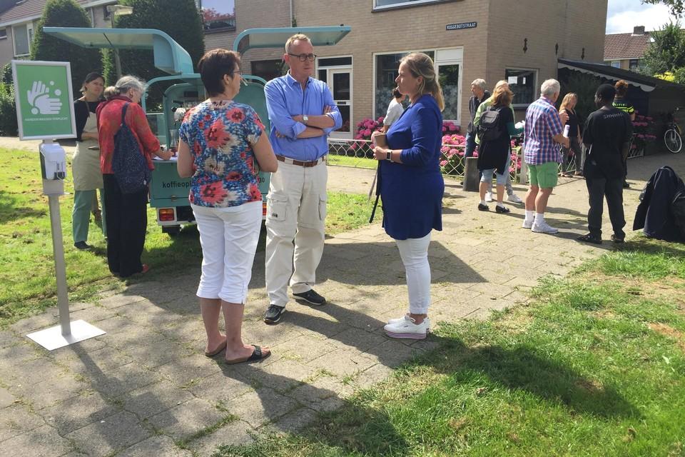 Suzanne van de Kuilen van Intermaris (midden) in gesprek met enkele bewoners.