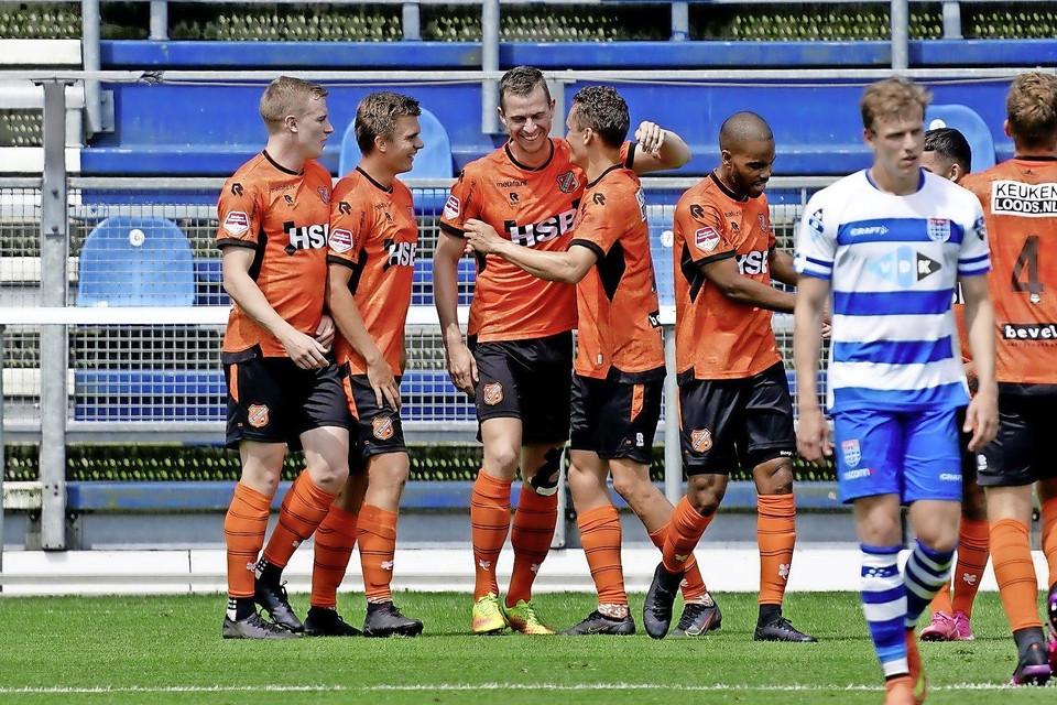 Neemt Robert Mühren, hier het centrum van feestvreugde in het oefenduel bij PEC Zwolle, Volendam dit seizoen aan de hand naar de eredivisie?