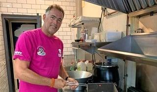 Uitgeester Eric Korver overleeft als patatbakker in Spanje: 'Ik dacht: nu ben ik bijna 57 en loop ik in Llorett de Mar in een koeienpak bij 35 graden'