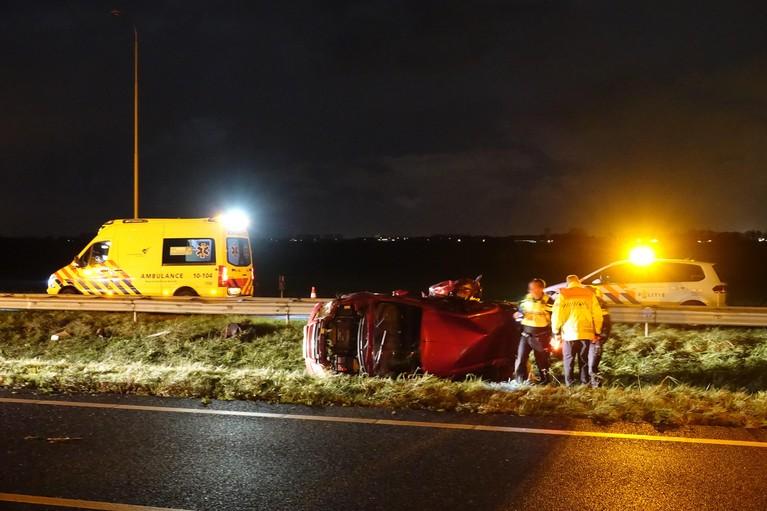 Gewonde en auto over de kop bij ongeluk op de A7 [video]