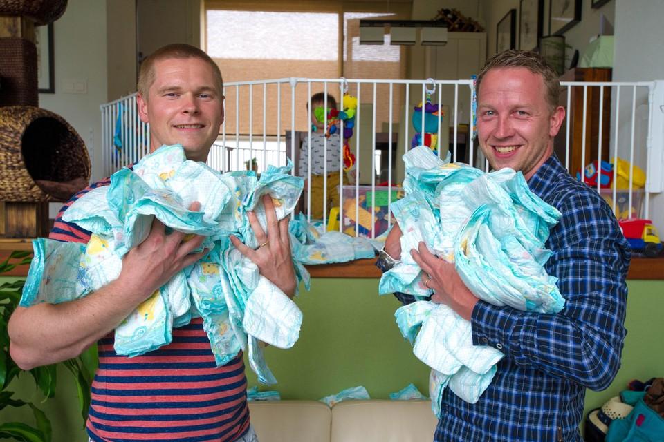 De Purmerendse vaders Reinier Korth (links) en Lennard Waal bedachten de  LuierApp, waarmee snel de goedkoopste luier van het moment kan worden gezocht.