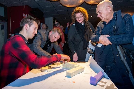 Participeren met piepschuim; over de toekomstige appartementen op de plek van De Seinpaal in Volendam mag iedereen meepraten