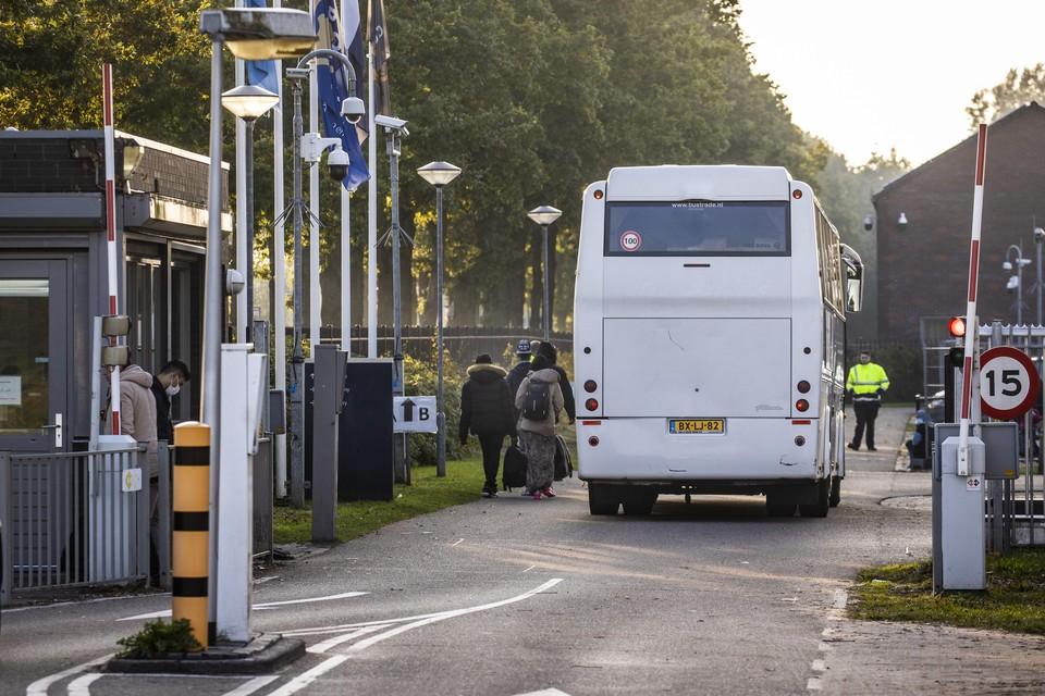 Het aanmeldcentrum in Ter Apel waar vluchtelingen uit nood op veldbedden en stoelen moeten slapen.