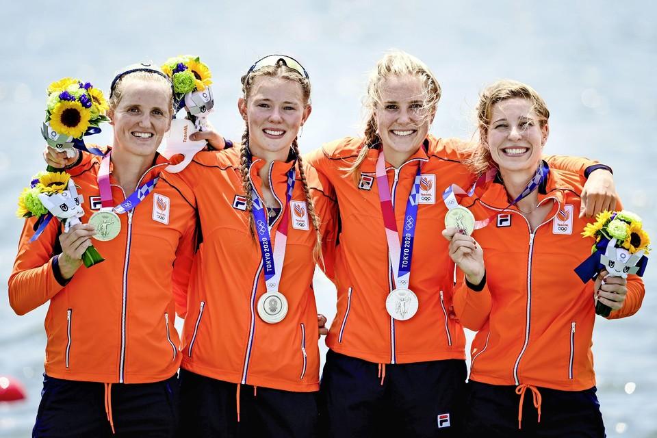 Ellen Hogerwerf, Karolien Florijn, Ymkje Clevering en Veronique Meester met hun zilveren medaille (v.l.n.r.)
