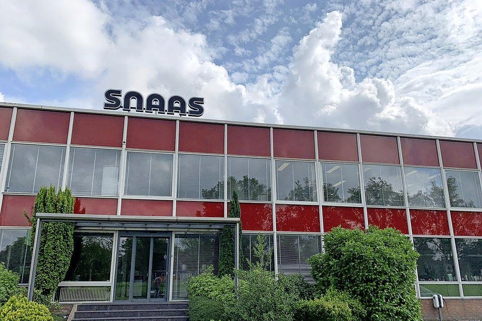 De beeldbepalende gevel van Snaas langs de Provincialeweg in Hoorn.
