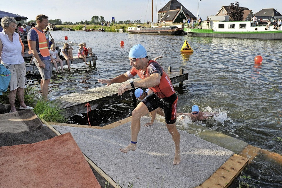 Peter Johan Dillo, hier actief in Langedijk, kan op latere leeftjd nog steeds een toptijd aan op de hele triatlon