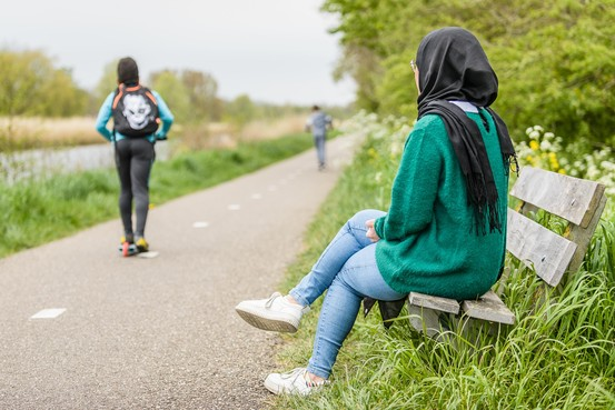 Vluchtelinge Sarah (27) over geldtekort: 'Tegen studiegenoten zeg ik soms maar dat ik druk ben met studeren en daarom niet weg kan. Ik voel me best vaak eenzaam'