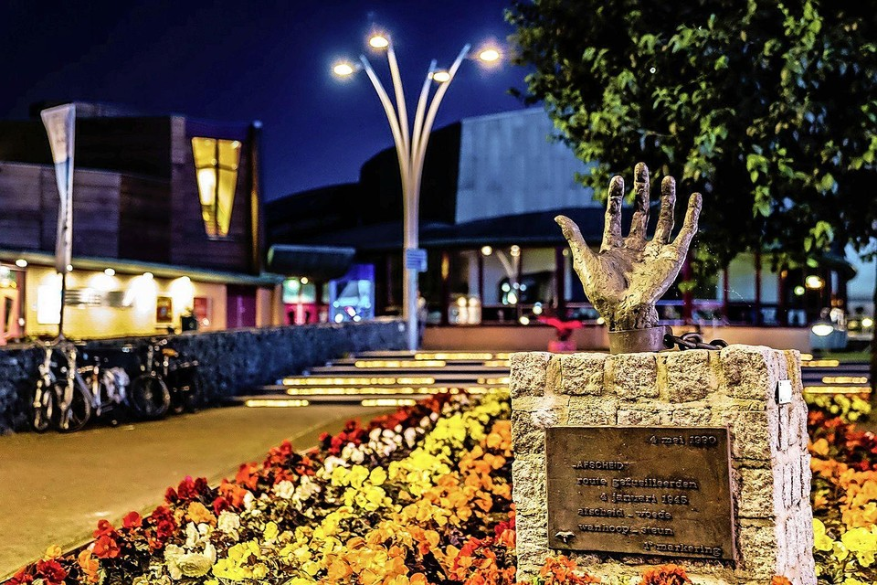 Een monument uit een serie van vier van Truus Menger op de route die vijf mannen moesten lopen voor ze bij de Grote Kerk werden geëxecuteerd: 'Afscheid'.