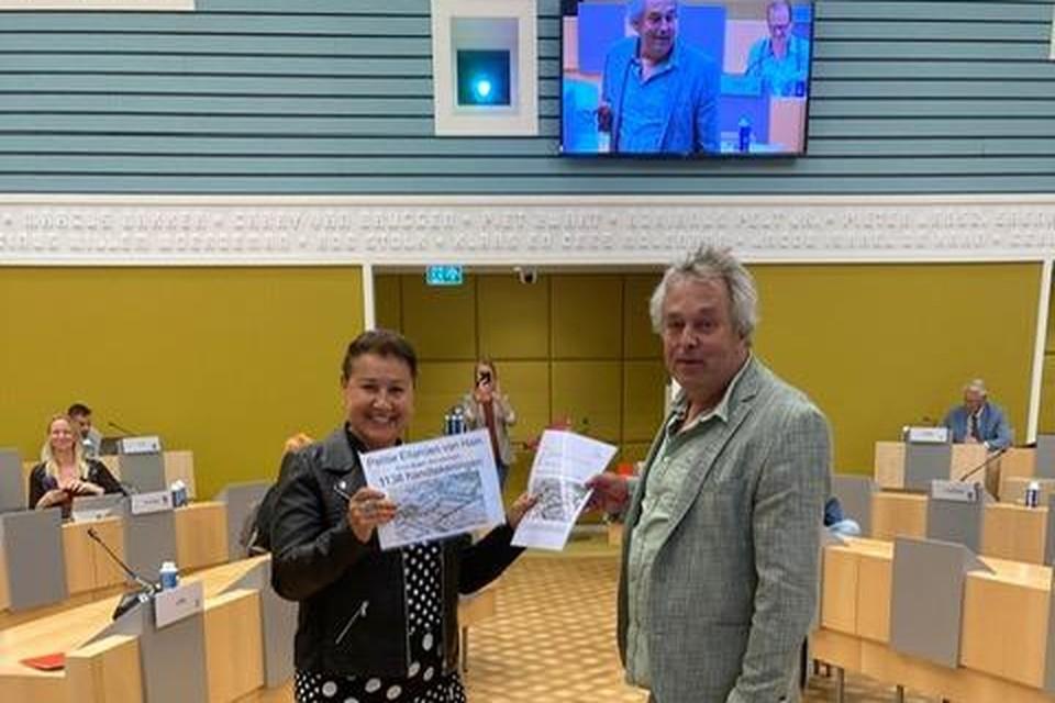 Karin van Breemen (links) overhandigt 1.138 handtekeningen en een alternatief plan aan ROSA-raadslid Ruud Pauw, nestor van de raad.