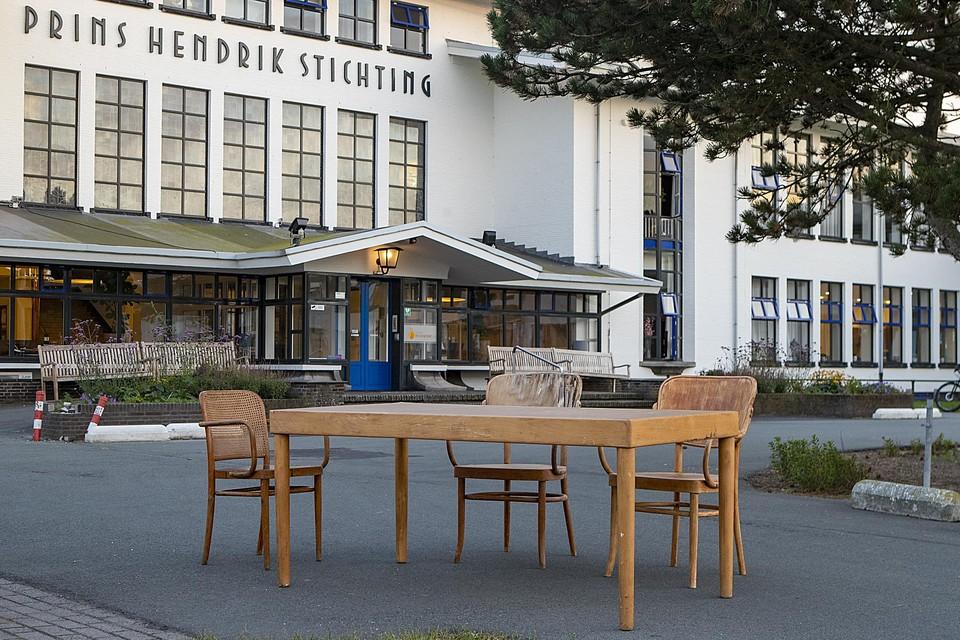 De beroemde tafel en stoelen voor de Prins Hendrik Stichting. Een historisch stel.