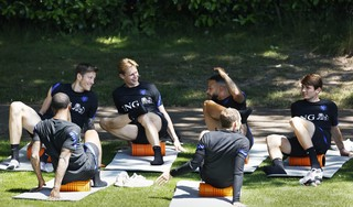 Basisspelers Oranje doen hersteltraining, reserves op het veld [video]