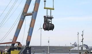 De noodpompen bij de Middensluis in IJmuiden voor de afvoer van water verdwijnen, die van de Kleine Sluis blijven nog even staan. Eén van de twee kapotte pompen van het gemaal doet het weer