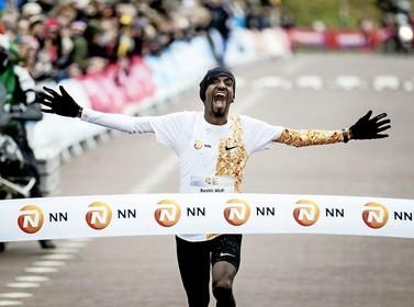 Bij de Egmond Halve Marathon doet de ene Abdi wat de andere Abdi eerder nooit lukte: alle Afrikanen verslaan én winnen
