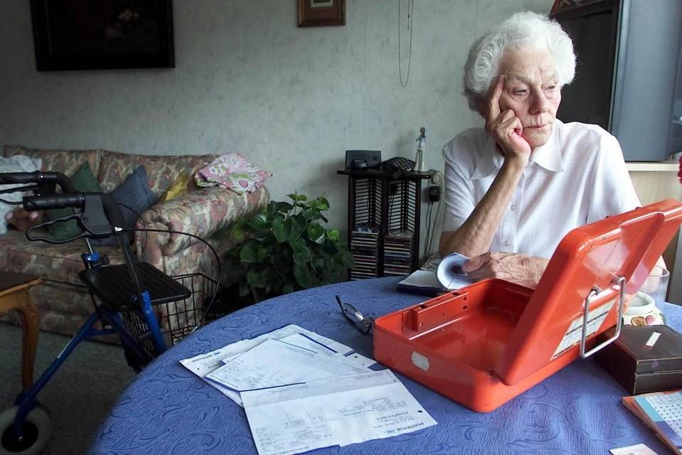 Veel ouderen worden financieel uitgebuit. Dat is een vorm van ouderenmishandeling.