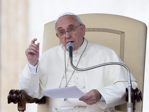 De vorige, nieuwe en 'toekomstige' paus in de clinch