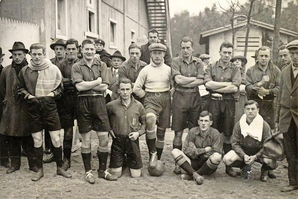 Jan de Natris (links met sjaal) voor een wedstrijd van het Nederlands elftal.