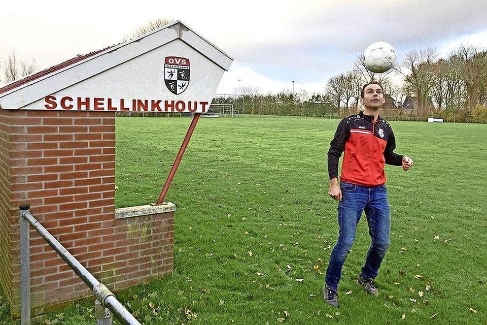 Elian Koster op het veld van de gestopte voetlclub Schellinkhout.